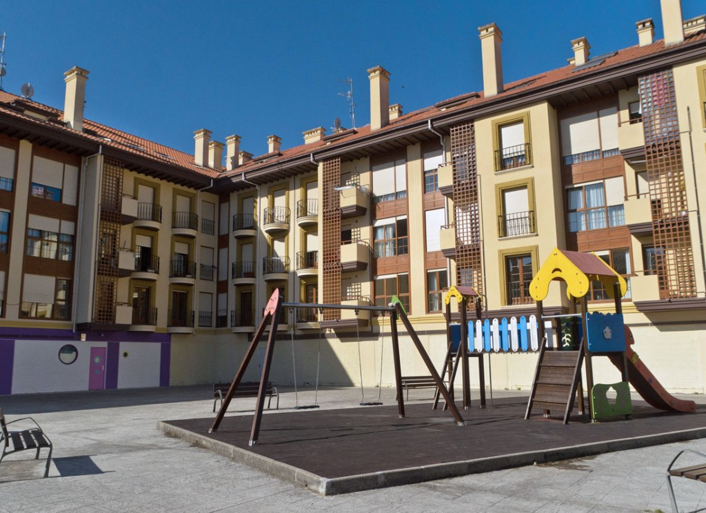 Fachada del Edificio y Parque Infantil
