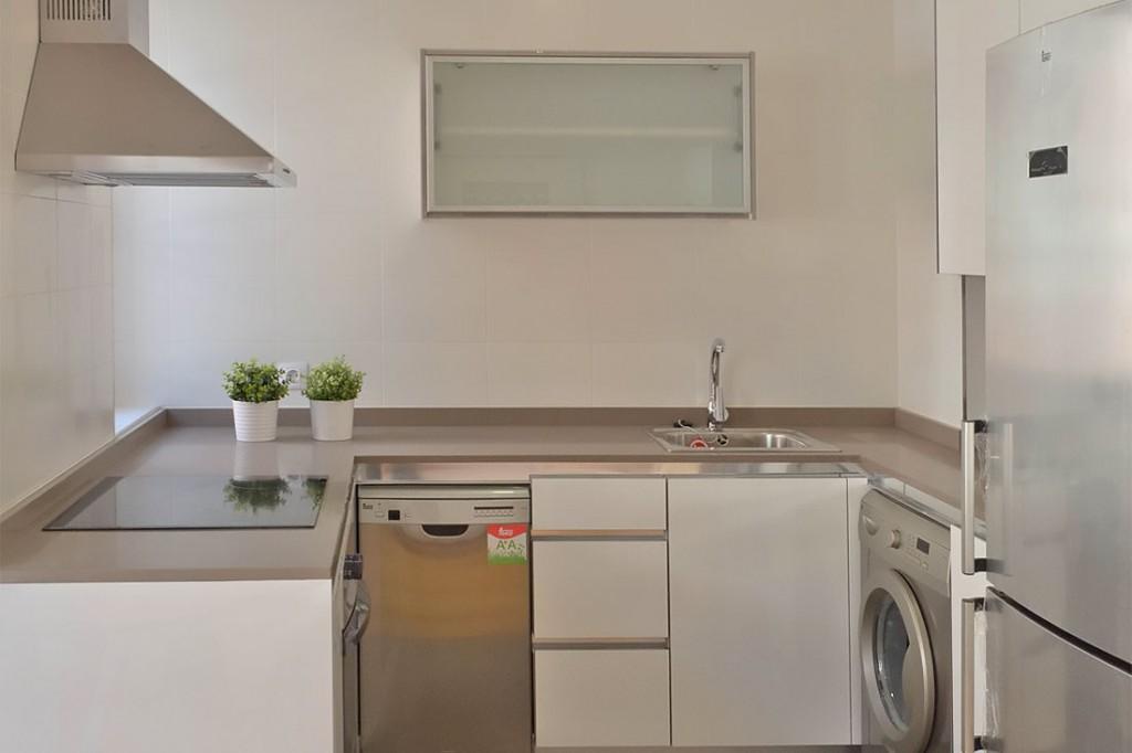 Cocina equipada con electrodomésticos en acero